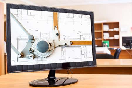 monitor de computadora: Monitor de la computadora con planos y la imagen de la mesa de dibujo en la pantalla en el escritorio Foto de archivo