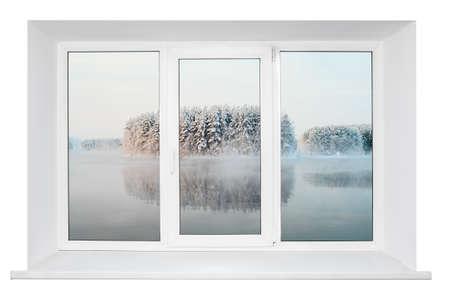 흰색 배경에 열린 문에 고립 된 유리를 통해 trunquil 볼 수있는 흰색 플라스틱 트리플 문 창