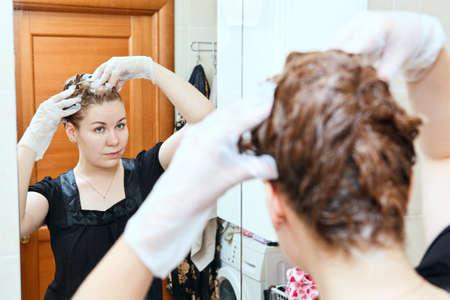 tinte cabello: Retrato de mujer bonita hermosa caucásica teñir pelos en el baño interno