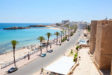 Overzeese baai, fort en dijk in de stad Monastir, de Middellandse Zee, Tunesië