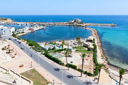 Overzeese baai, weg en dijk in de stad Monastir, de Middellandse Zee, Tunesië