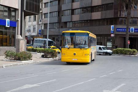 motorbus: T�nez, T�nez - CIRCA DE MAYO, 2012: p�blica de la Ciudad autob�s amarillo en las calles de la capital de T�nez, en alrededor de mayo de 2012 en T�nez, T�nez.