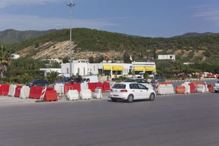 schlagbaum: Sousse, Tunesien - CIRCA MAI 2012: Terminals für Pay auf steuerpflichtige Strecke zwischen Tunis Kapital und Sousse, auf circa Mai 2012 in Sousse, Tunesien.