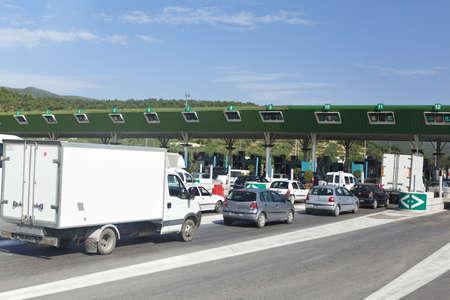 schlagbaum: Sousse, Tunesien - CIRCA MAI 2012: Autos sind in den Terminals für Pay auf kostenpflichtige Strecke zwischen Tunis und Sousse Hauptstadt, auf circa Mai, 2012 in Sousse, Tunesien.