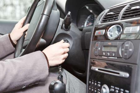 startpunt: Vrouw Kaukasiërs de hand starten van een auto-motor met contactsleutel