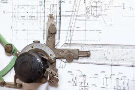 dibujo tecnico: Regla instrumento de la mesa de dibujo en plano ingeniería Close-up