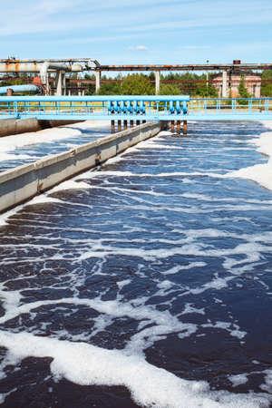 Het verwijderen van fysische, chemische en biologische verontreinigingen op zuiveringsinstallatie