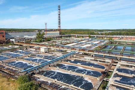 aguas residuales: Industrial planta de tratamiento de agua en los bosques de hoja perenne Foto de archivo