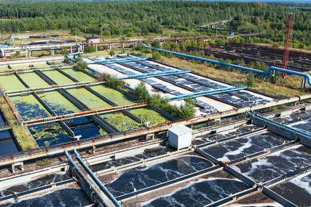 aguas residuales: Grupo de los tanques de aireación primaria en la planta de tratamiento Editorial