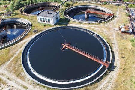 aguas residuales: Enorme de agua circular tanque de sedimentación de sedimentación, purificación en el tanque por los organismos biológicos en la estación de agua