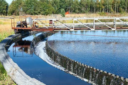 aguas residuales: Agua desbordamiento de la forma redonda grande sedimentaci�n de los colonos