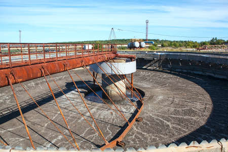 Lege grote ronde vorm sedimentatie kolonist tank Redactioneel