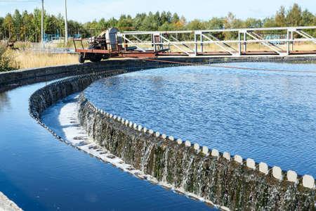 aguas residuales: Desbordamiento de agua de la gran sedimentaci�n drenajes forma redonda Editorial