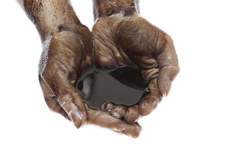Kaukasische handen aan met zwarte zware stookolie geïsoleerd op witte achtergrond Stockfoto