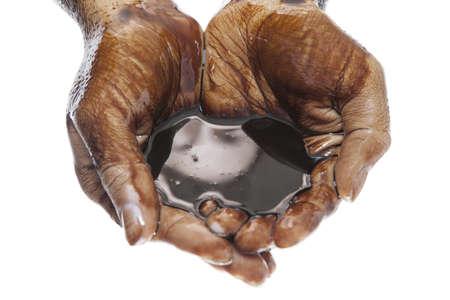 manos sucias: Caucásicas dos manos ahuecadas con petróleo negro aislado sobre fondo blanco