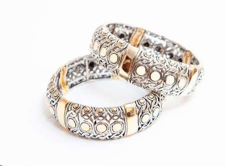 Twee witte goud braceletes op witte achtergrond