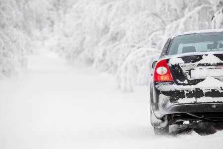 Zwarte land voertuig op de winter weg op langs de weg Stockfoto