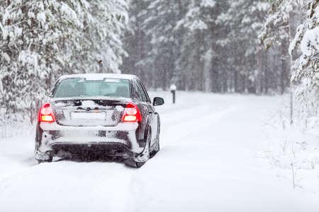 Land voertuig op een landweg in winterse noordelijke bos