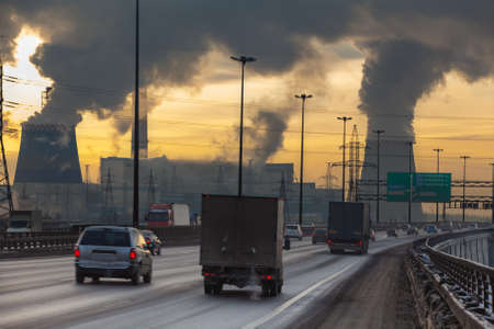 air plant: SAINT-PETERSBURG, RUSSIA-DECEMBER 23  City ringway with cars and air pollution from heat electric generation plant on December 23, 2012 in Saint-Petersburg, Russia   Strong vapor and smoke due extreme cold weather Editorial