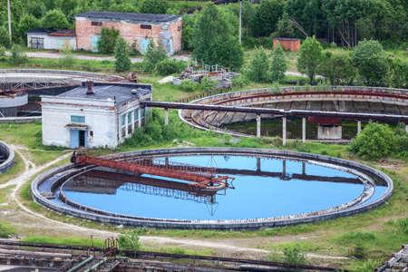 aguas residuales: Filtrado de la planta de tratamiento de agua, aguas residuales verano Foto de archivo