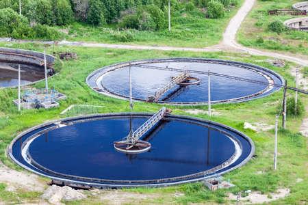 Luchtfoto van de waterzuiveringsinstallatie met ronde kolonisten