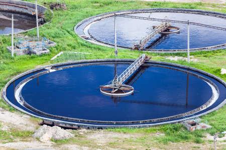 aguas residuales: Colonos owerflowing redondas en la planta de tratamiento