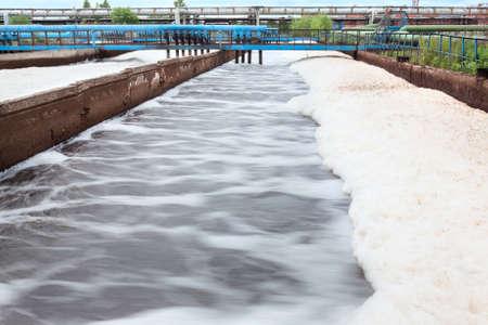 Tanks voor zuurstof beluchting in afvalwaterzuiveringsinstallatie Lange blootstelling Stockfoto