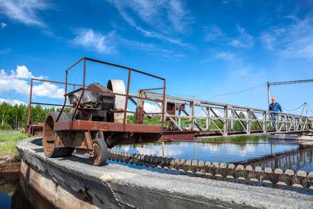 Waterbehandeling unit voor het reinigen van riolen in kolonisten Stockfoto