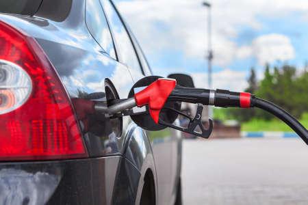 Tanken voertuig met benzine bij de stad tankstation Stockfoto