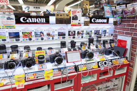 Präsentieren großen japanischen Store Bic Camera mit Kameras und Objektive für Canon auf circa April 2013 in Tokyo, Japan Bic Camera Inc Elektrofachmarkt-Kette