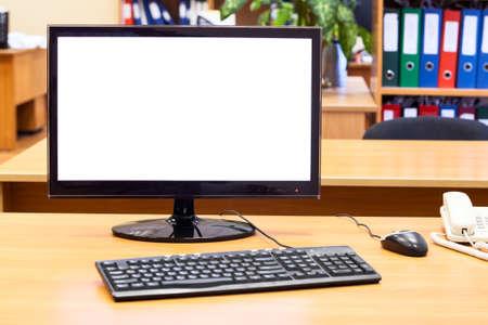 Monitor, teclado, ratón de la computadora en el escritorio de la oficina, lugar de trabajo