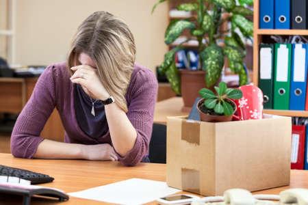 Upset met ontslag vrouw huilen op de werkplek Stockfoto