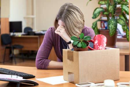 Dismissal at work, weeping employee with things to take away Standard-Bild
