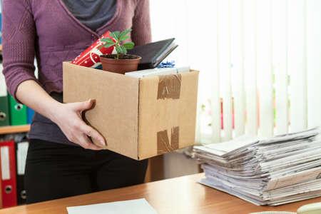 Onherkenbaar kantoor werknemer met in doos dingen verzameld Stockfoto