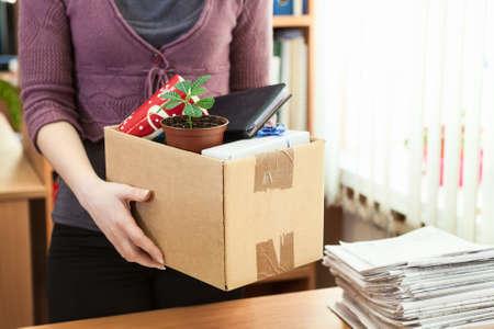 Office witte kraag werknemer met dingen in een doos verzameld