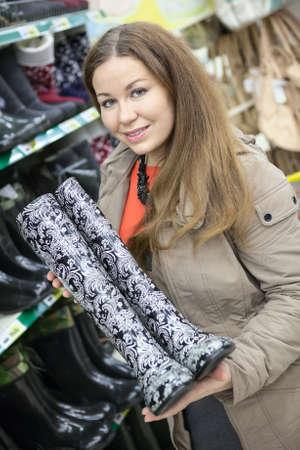 comprando zapatos: Cliente satisfecho con watertights en las manos es en la tienda