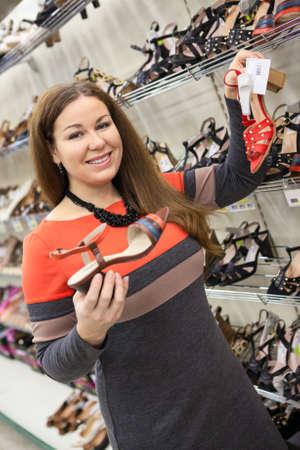 comprando zapatos: Mujer atractiva la compra de zapatos en el centro comercial
