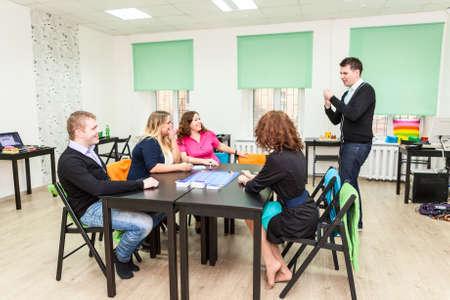 Groep jonge mensen het spelen van bordspellen Stockfoto