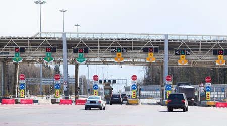 Punkt auf die Zahlung der Reisemautstraße mit Reit Fahrzeuge Standard-Bild - 28345574