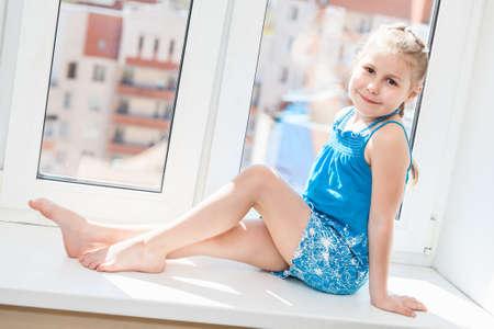 Fensterbank Zum Sitzen lächelnde junge auf der fensterbank sitzen in der sonne licht