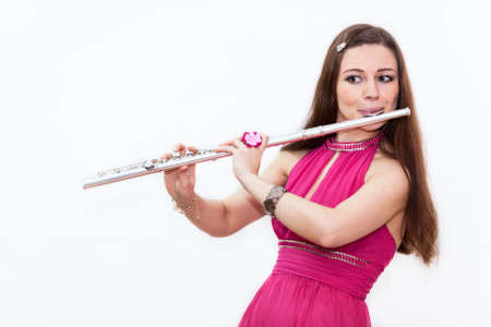 flauta: Músico de la mujer en el vestido rojo que toca la flauta, en el fondo blanco