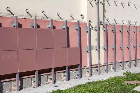 Gebouw muur met geventileerde gevel onder constructie