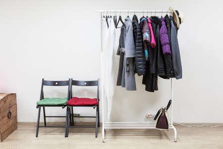 outerwear: Hanger con outerwear in sala corridoio interno