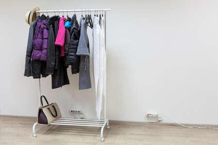 outerwear: Cremagliera Floor con outerwear all'interno della stanza corridoio bianco, copyspace