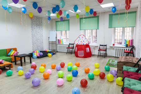 Habitación infantil decorado con globos listos para las vacaciones