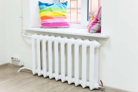 radiador: Interior de la sala nacional con el radiador de calefacción central bajo la ventana