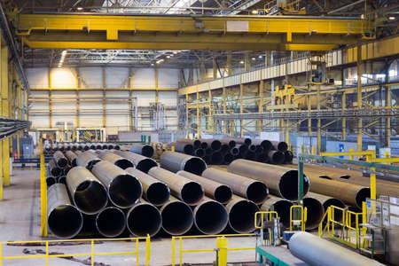Placez des produits finis avec de grands pipelines, une installation industrielle