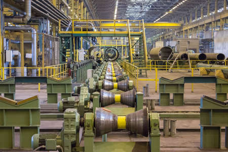 Ligne pour le laminage de tubes de grand diamètre à l'usine