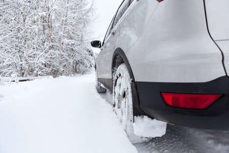 Vista posteriore di pneumatici da neve di guida di veicoli su cumulo di neve, la stagione invernale Archivio Fotografico - 38605596