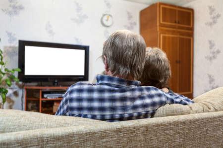 Kaukasische familie van twee mensen zitten op de bank en tv kijken, zicht naar achteren, geïsoleerde wit scherm Stockfoto